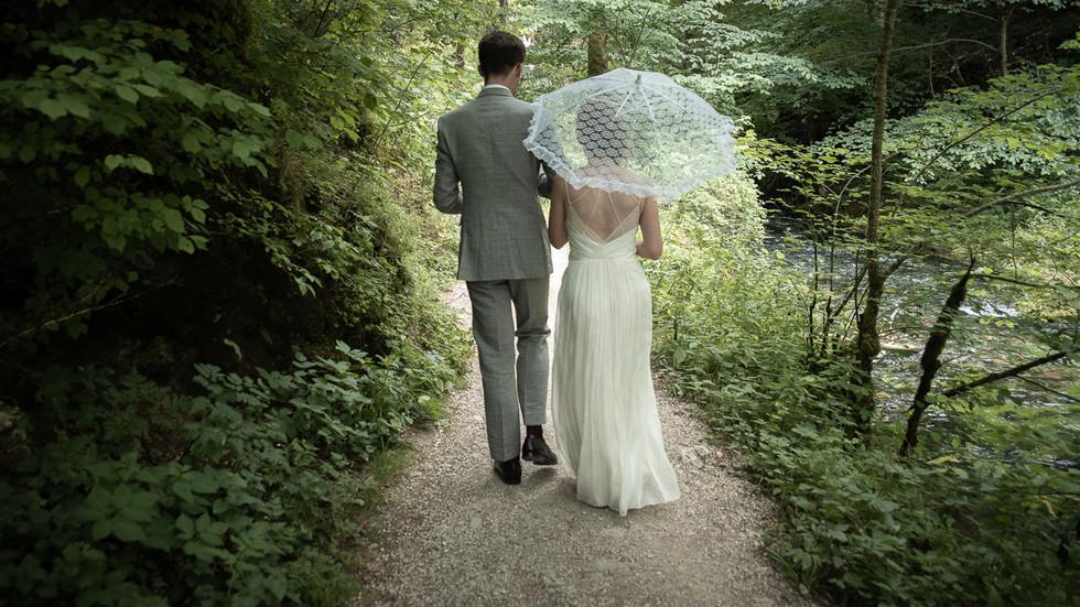 Brautpaar mit Schirm