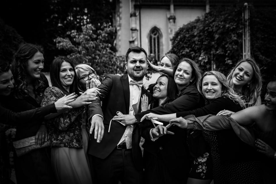 Bräutigam mit Frauen