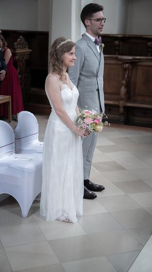 Brautpaar stehend vor Alter