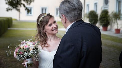 Braut bei der Gratulation
