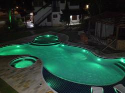 14-piscina-led-verde-iluminacao-noite-azulejo