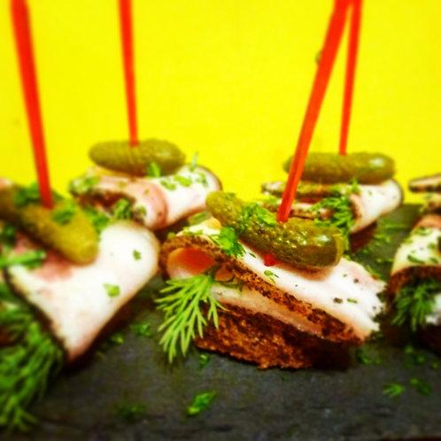 Канапе с салом, корнишоном и горчицей на ржаном тосте 20гр