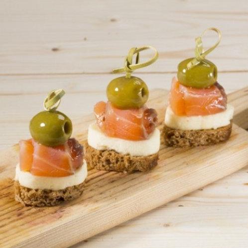 Канапе с адыгейским сыром, лососем и оливкой на ржаном тосте 15 гр