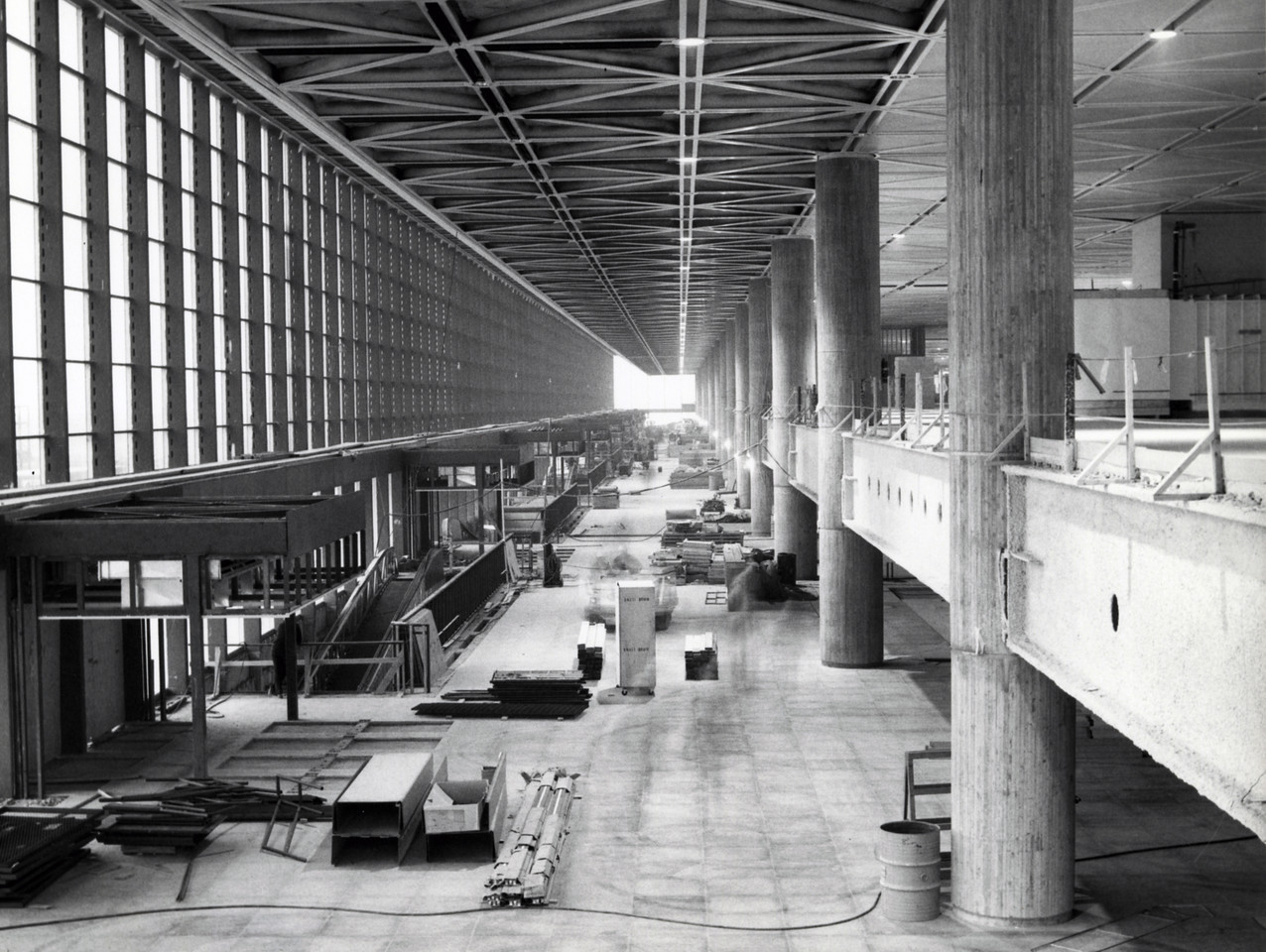 Aérogare de Mirabel - Hall d'entrée avec rampe d'accès, 20 novembre 1976, Travaux publics et services gouvernementaux Canada