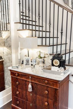Mixing vintage and modern pieces for an elegant coastal look in the entryway