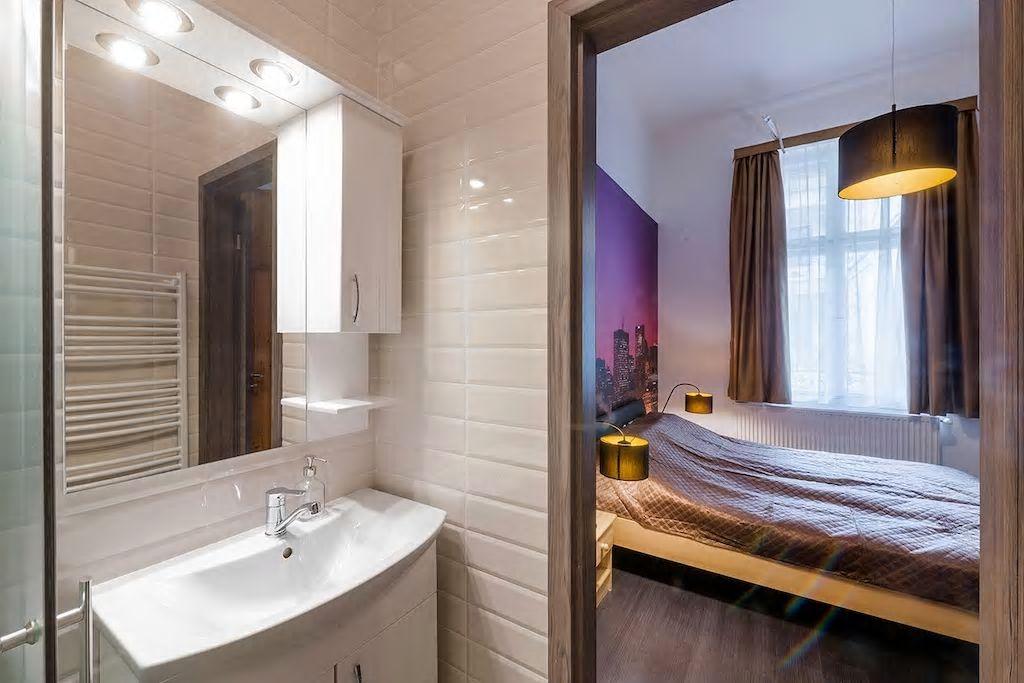 Airbnb tusoló hálószobából nyílik