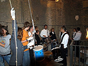 grupo de campanera y de tambores , torre