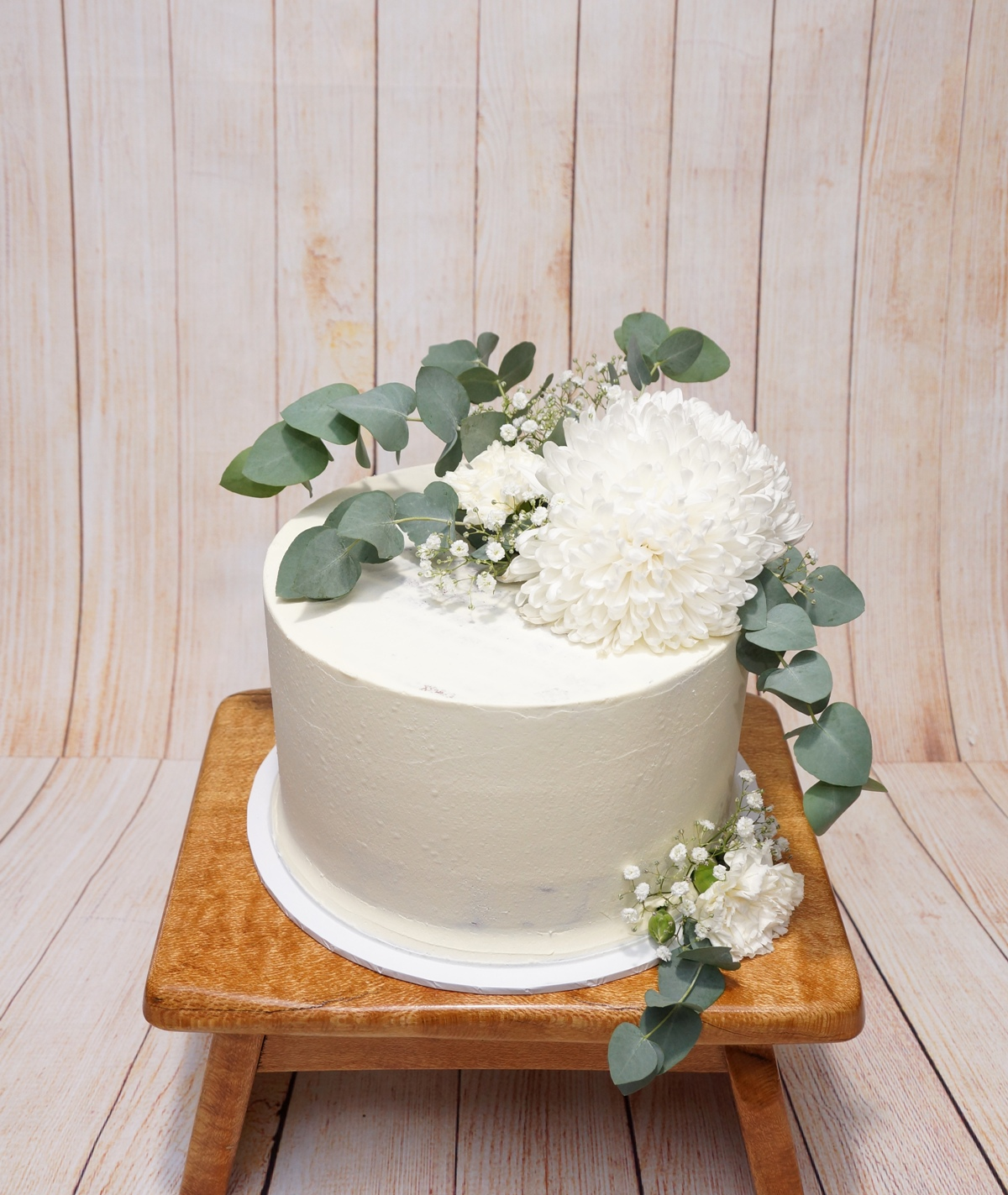 1 Tier White Buttercream with White flow