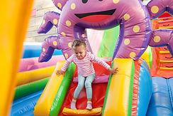 Menina, tocando, em, bouncy, castelo