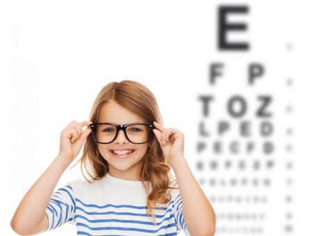Đeo kính thường xuyên liệu có hại cho mắt?