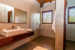 Um dos oito banheiros