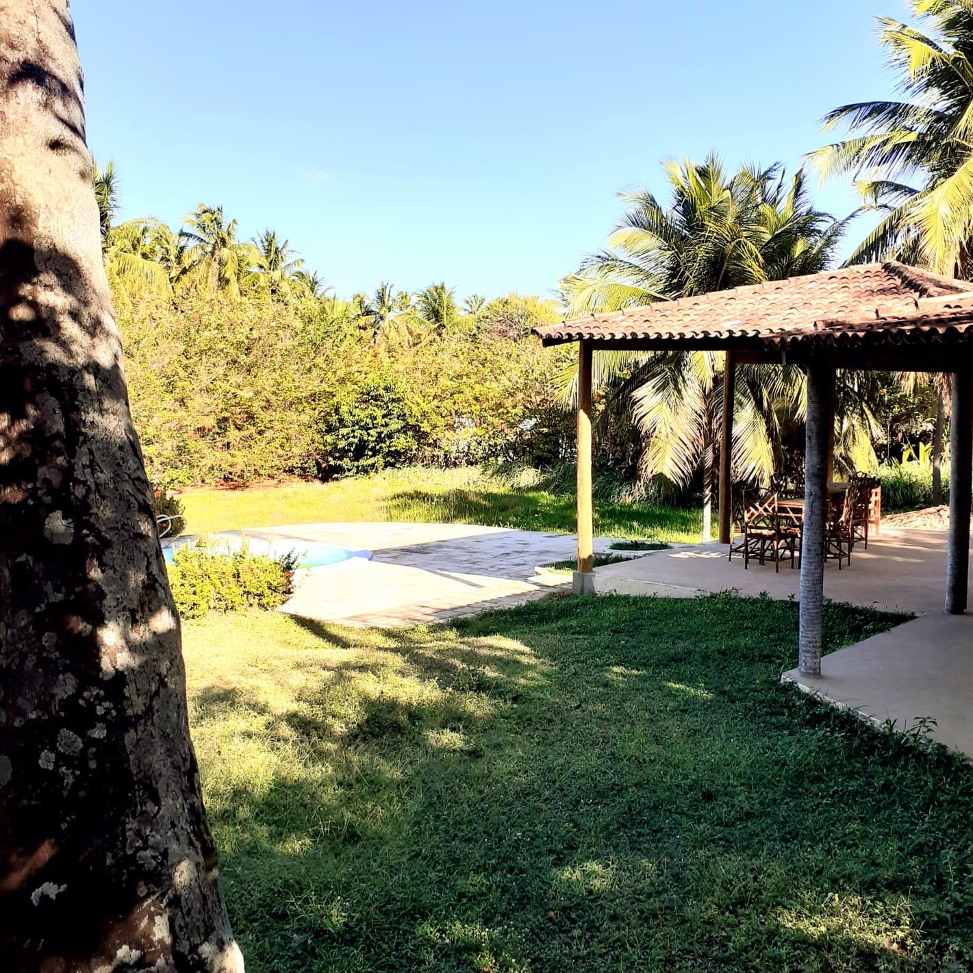 Cozina, comedor e piscina no jardim