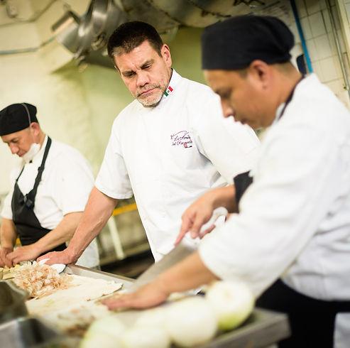 Chef Leobardo Lara supervisando la preparación de un platillo