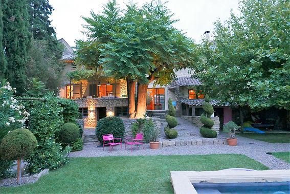 Maison de charme en Provence - Location saisonnière à Cabrieres d'Avignon dans le Luberon pour vacances en famille ou entre amis. Jardin et Piscine