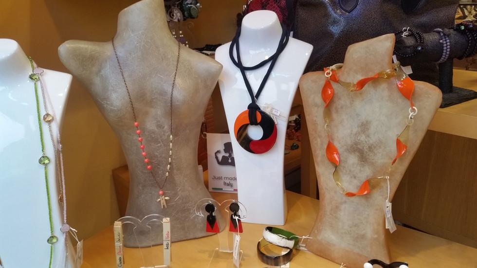 ciondolo realizzato a mano in vetri, cristalli, pietre naturali in colori armonici, creato per Chiara dello Iacovo in occasione del festival di SanRemo 2016 (4).jpg