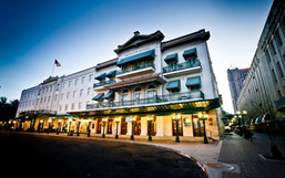 COME AND BOOK IT! The Historic Menger Hotel - Right Next To The ALAMO.