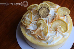 Lemon cheesecake with lemon curd, mering