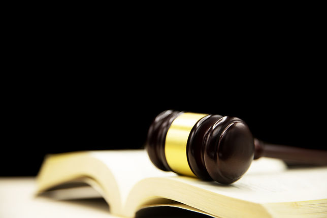 judges-gavel-on-book-and-wooden-table-la