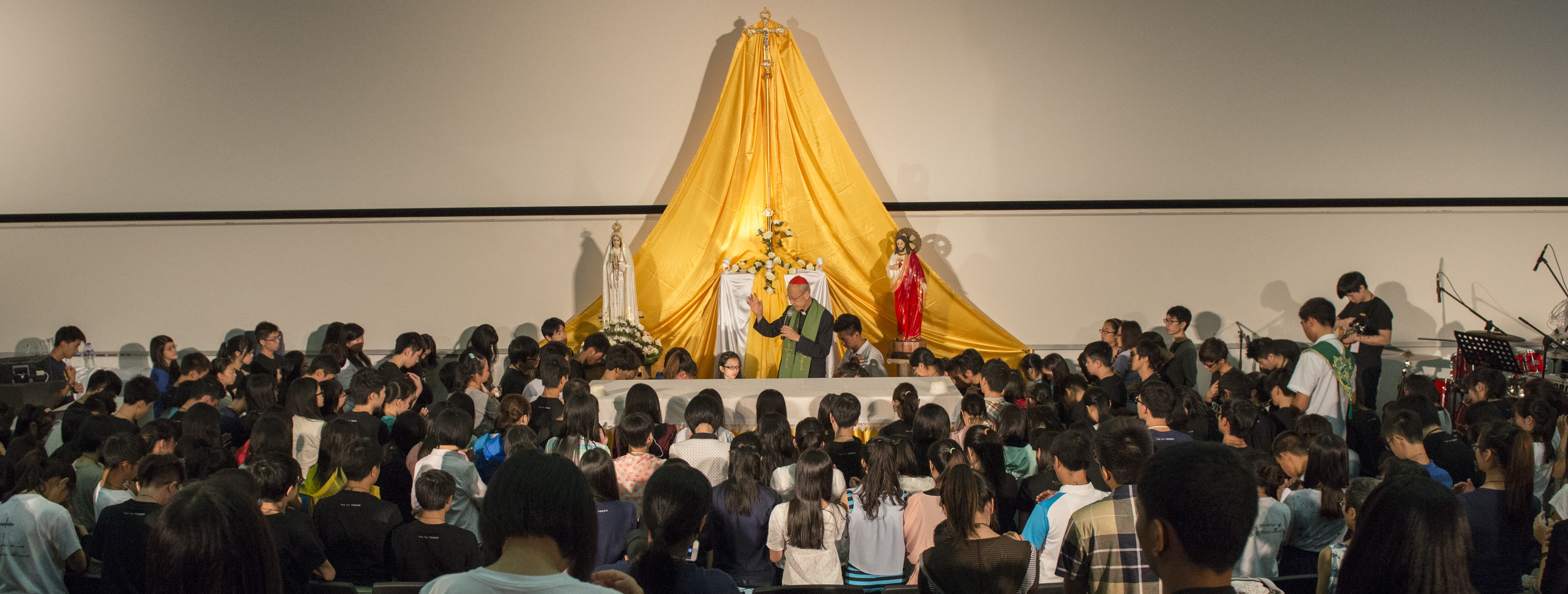 Cardinal Tong blessing the 198 youth responded to Vocation Call.jpg