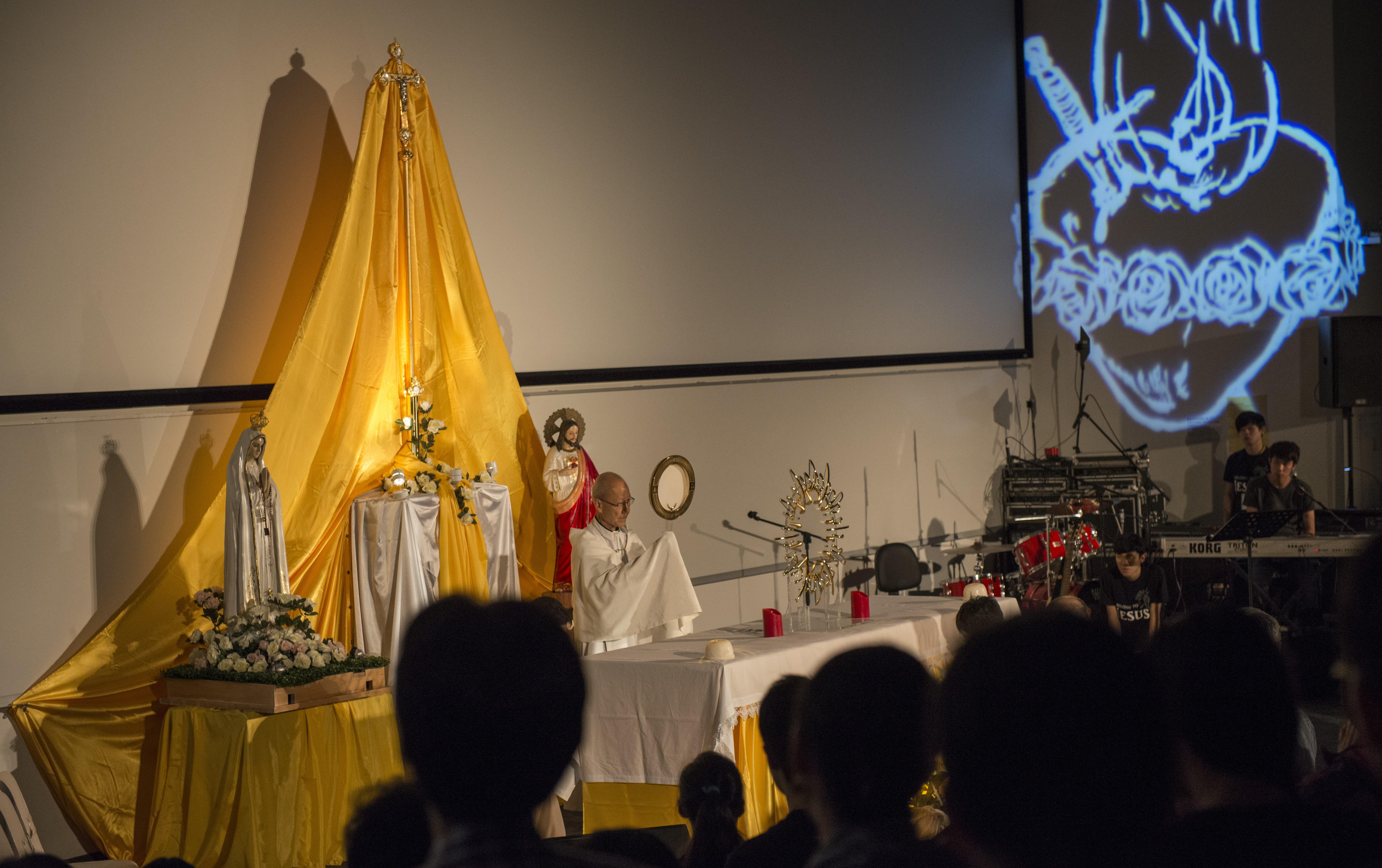 Cardinal John Tong giving Benediction.jpg