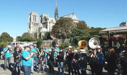 Bandas face à Notre-Dame de Paris