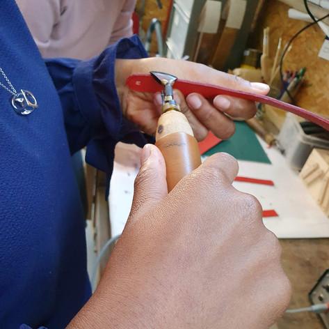 initiation aux techniques de finition du cuir