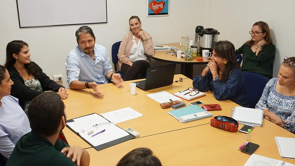 PhD Jairo Montes trabajando con nuestro equipo de coordinadoras y psicólogas