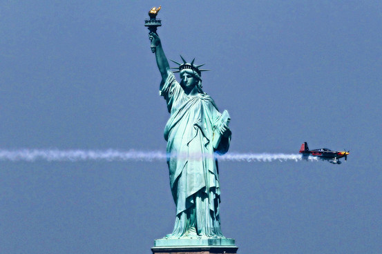 red-bull-air-race-statue-of-liberty-hami