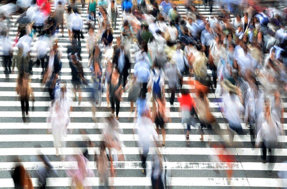 люди идут через пешеходный переход