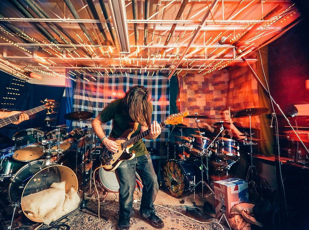 Панк-рокеры репетируют в камерной непрофессиональной студии