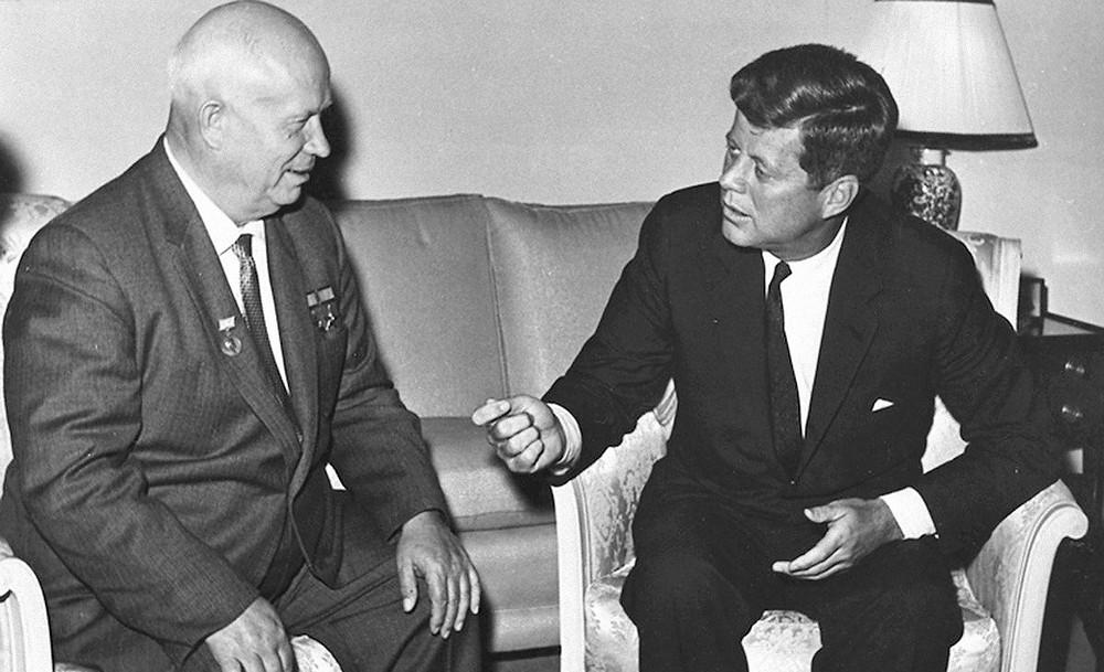 Джон Кеннеди и Никита Хрущев, переговоры по урегулированию Карибского кризиса