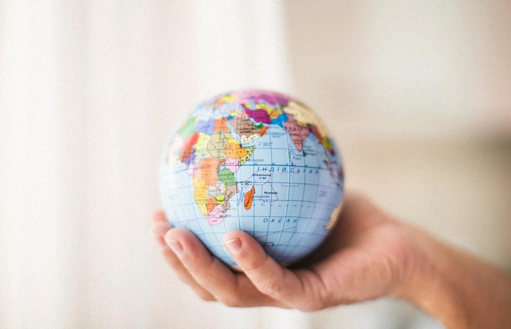 Глобализация, глобус в руке