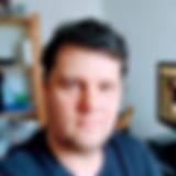 Audiodescrião resmida: Foto de Léo, um homem branco com cabelos castanhos. Ele usa uma camiseta preta.