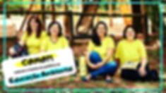 Foto de Ariane, Flávia, Andréia e Mayla. Elas sorriem e estão sentadas no chão de terra. Usam camisetas amarelas e lisas. Há uma borda azul na foto e uma caixa de texto branca  do lado esquerdo inferior da foto com os dizeres: COMO?! Colocar a teoria em prática na Educação Ambiental.