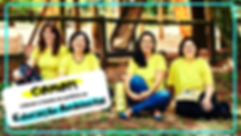 Audiodescrição: Foto de Ariane, Flávia, Andréia e Mayla. Elas sorriem e estão sentadas no chão de terra. Usam camisetas amarelas e lisas. Há uma borda azul na foto e uma caixa de texto branca  do lado esquerdo inferior da foto com os dizeres: COMO?! Colocar a teoria em prática na Educação Ambiental.