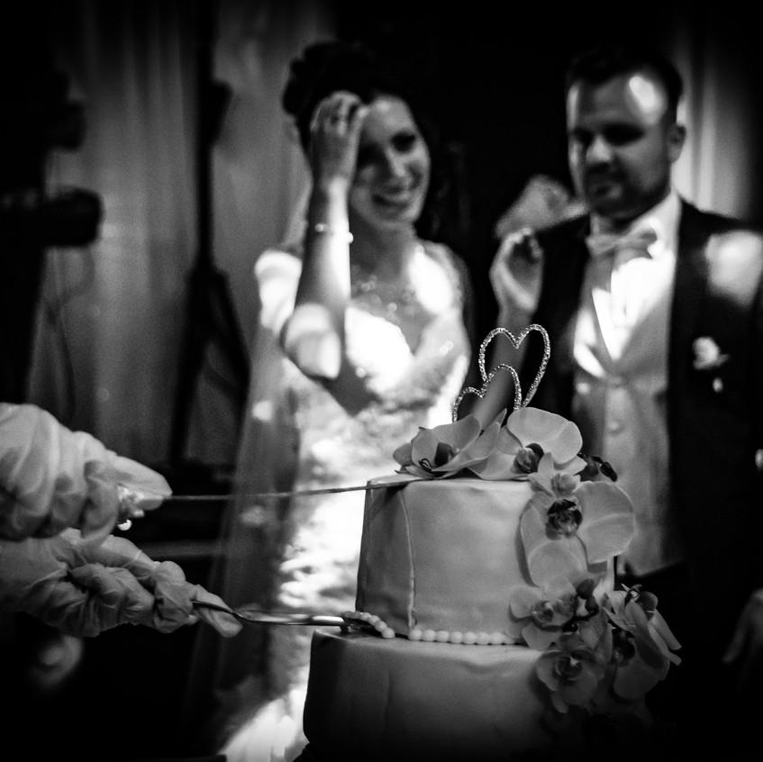 Daniel Jones photography aus Münsingen hat unser Pärchen Kristina und Johannes in Ulm begleitet. Der Anschnitt der Hochzeitstorte, darf hierbei natürlich nicht fehlen.