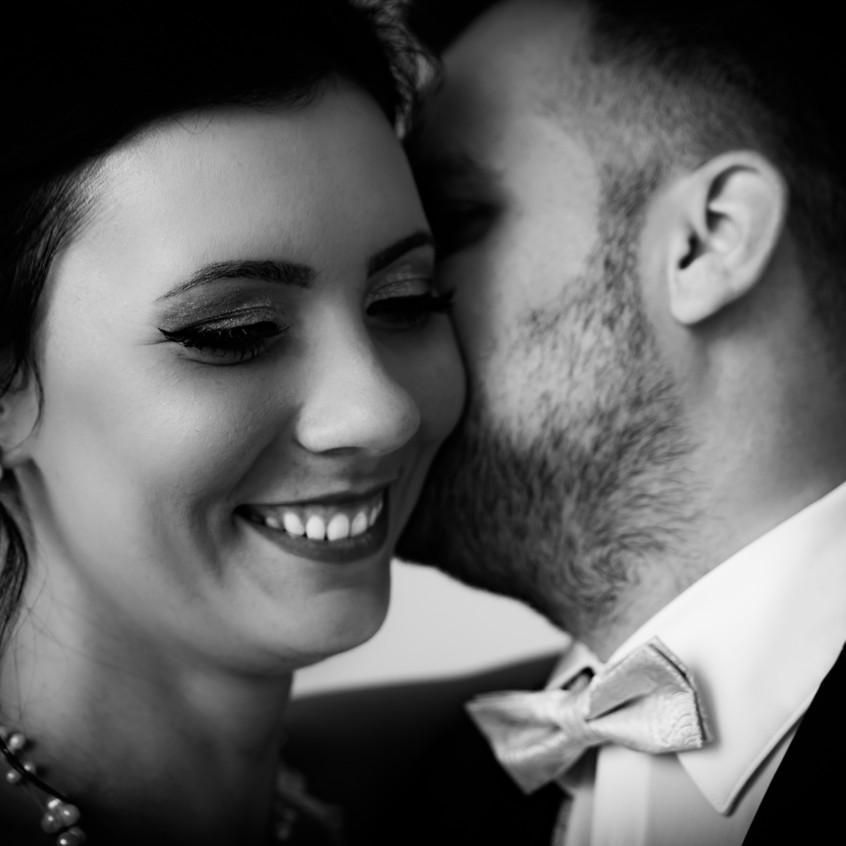 Daniel Jones photograaphy hält genau diese Augenblicke fest. Getuschel zwischen einem Brautpaar. Ein Bild, welches Emotionen weckt.