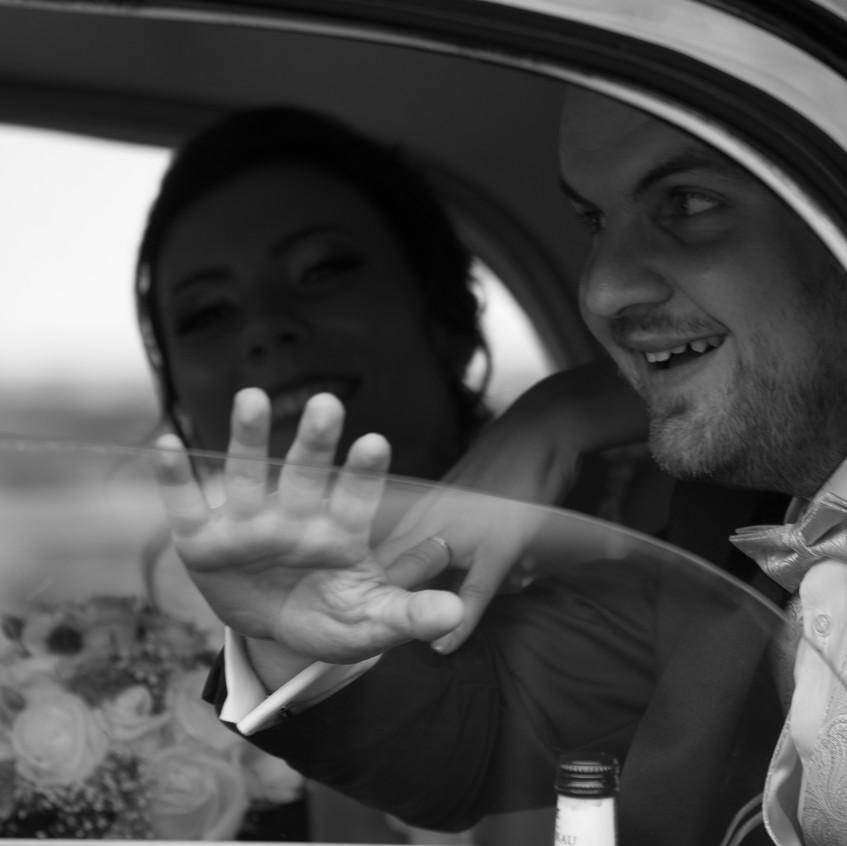 Dann gehen wir mal. Kristina und Johannes auf dem Weg zum Standesamt bei Ihrer Hochzeit. Festgehalten durch Daniel Jones der Agentur albhochzeit