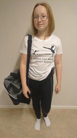 Vit t-shirt 229:- Grå/svart dansbag 349:-