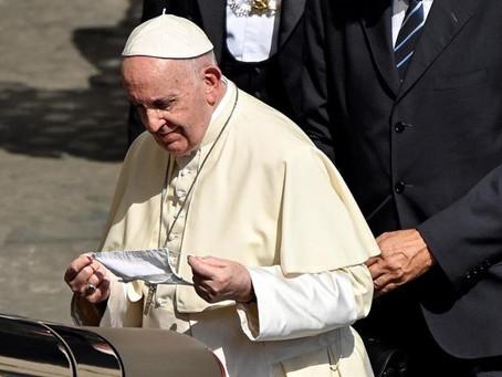 Papa Francisco faz piada com brasileiros: 'É muita cachaça e pouca oração'