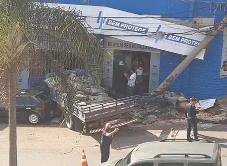 Caminhão sem freio atinge poste e deixa dois feridos em Americana