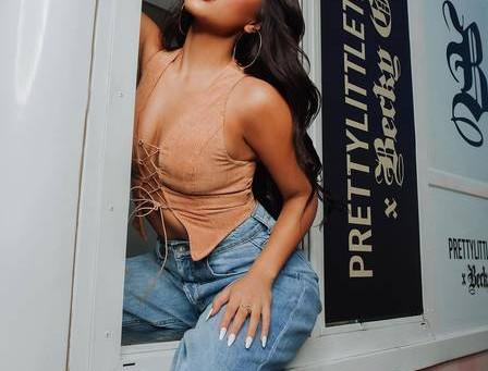 Cantora americana Becky G se diverte ao confundir biquíni enviado por Anitta com bandana