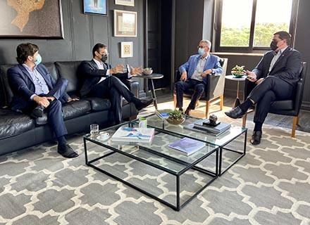 Chico Sardelli é recebido pelo vice-governador e pelo secretário da Casa Civil