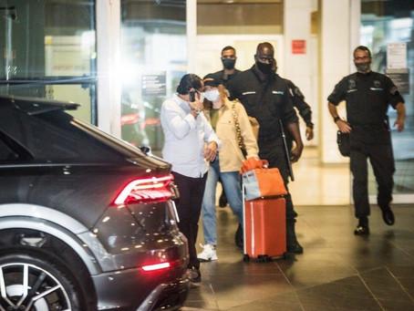 Marina Ruy Barbosa desembarca no aeroporto com um forte esquema de segurança