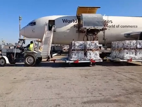 Avião com mais 1 milhão de doses da vacina da Pfizer chega ao Brasil por Viracopos
