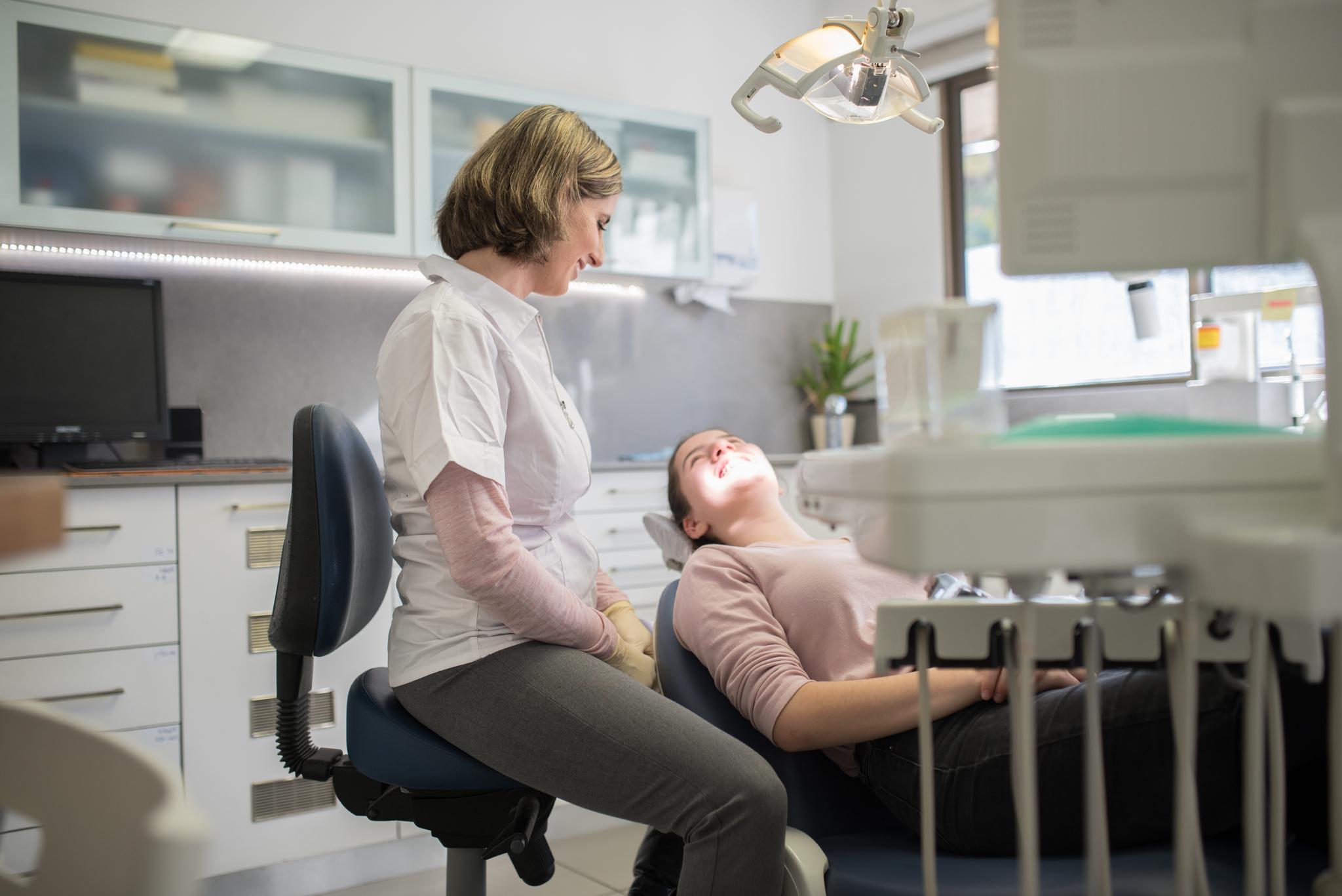 """ד""""ר נועה פישר - יישור שיניים במרכז"""