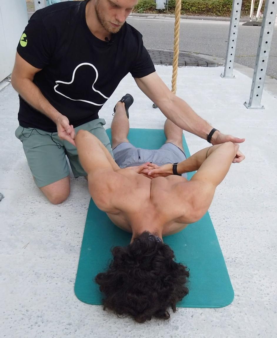 Beste Schulter Kräftigung 🙆♀️  Der Schwimmer ist wahrscheinlich eine der besten Übung für gesunde Schultern!  Warum? Wenn man ihn richtig durchführt, bringt man die Schulter in jede Position, in die sie gelangen kann.💡Das bedeutet, man erhöht auf der einen Seite extrem die Beweglichkeit und auf der anderen fördert man sehr stark die Kraft. Diese Kombination aus Beweglichkeit und Kraft ist für ein Kugelgelenk, wie es die Schulter ist, sehr wichtig.❗️Es muss einen guten Ausgleich zwischen beiden Bereichen geben, damit die Schulter stabil und schmerzfrei sich bewegen kann. Probier' den Schwimmer mal aus. Du brauchst keine Geräte! Führe die Übung lieber etwas langsamer als zu schnell durch.  Viel Spaß. 🌳  #trythetrigger #triggerdinger #triggerdingeracademy