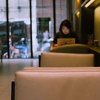 千库网_咖啡店里办公的女士_摄影图编号78906.jpg