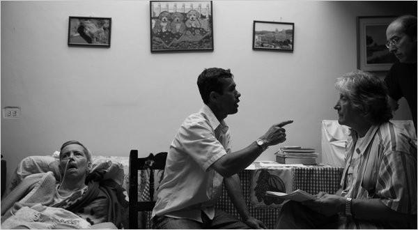 Dr. Francisco Lopera con sus pacientes. Foto Cortesía New York Times/ Tood Heisler