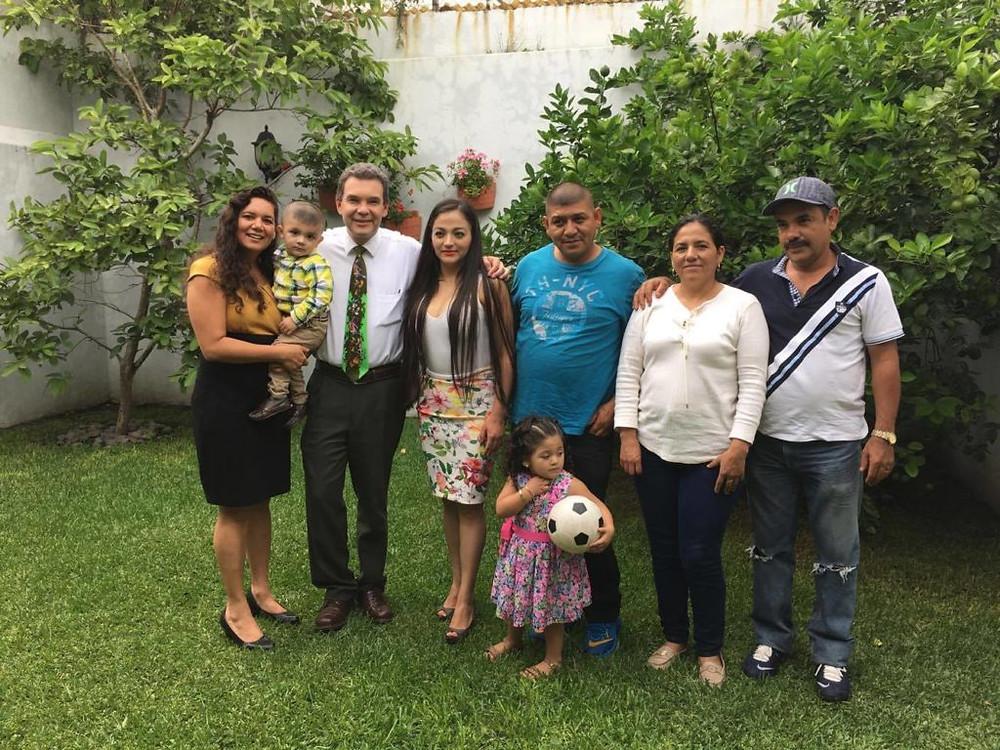 Dr. Sergio Gallegos con una de sus pacientes (izq) desde hace 12 años, ahora curada y con su propia familia.